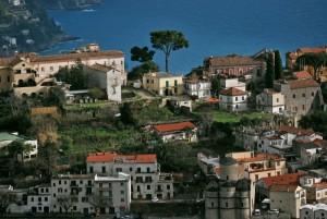 Ravello un nucleo urbano di palazzi, chiese, botteghe e giardini