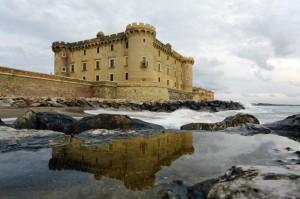 Onde sotto il castello con un calmo riflesso