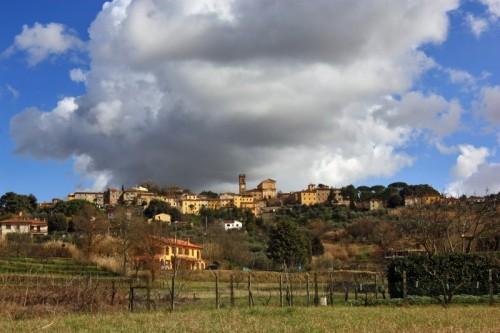 Lorenzana - Un cielo spettacolare ed una nube che abbraccia tutta Lorenzana
