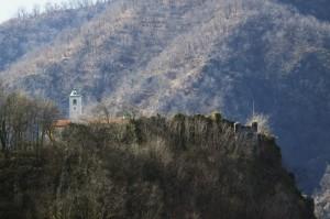 Rovine del Castello medioevale di Prato Sesia secolo XIV , collina di Sopramonte