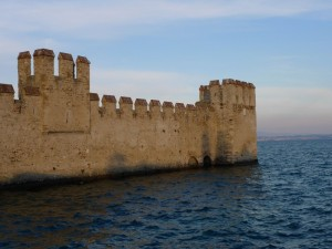 Le mura che sorgono dalle onde del lago