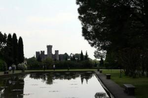 Il castello di Valeggio sul Mincio ripreso dal parco Giardino Sigurtà