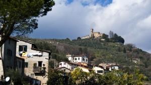 Di Massa le case, di Cozzile il castello.