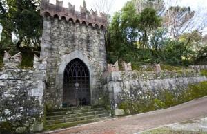 Cinta muraria e una porta del giardino del castello