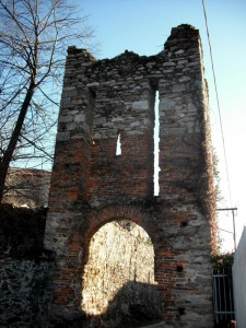 Quel che rimane della torre-porta d'ingresso