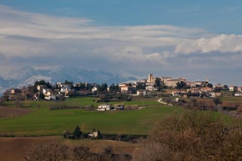 Monteleone di Fermo - Resiste ridente alle nuvole inviate dalle montagne
