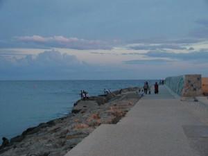 Pescatori sul molo nel tramonto di Campomarino