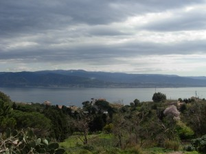lo stretto di Messina..sullo sfondo la Calabria