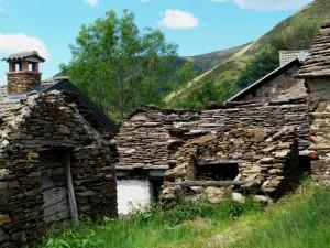 Le rovine dell'alpeggio Piazza , sullo sfondo Pian Cavallone