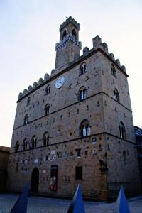 palazzo dei priori: il palazzo comunale più antico della Toscana