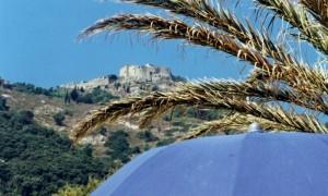 Giglio-Castello:  visto dalla spiaggia sembra un sogno