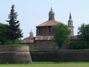 vista della chiesa dell'Incoronata e cinta muraria