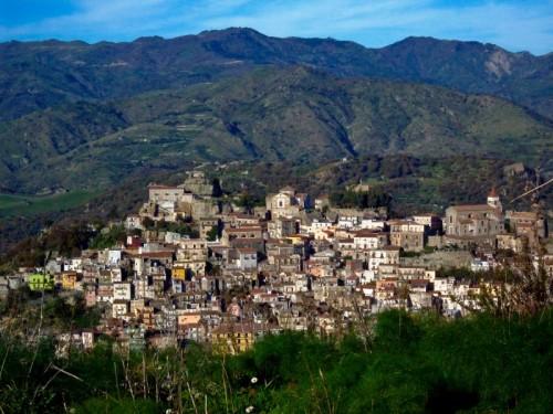 Castiglione di Sicilia - castiglione coccolata dai monti