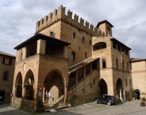 Borgo medievale con… immancabile auto parcheggiata