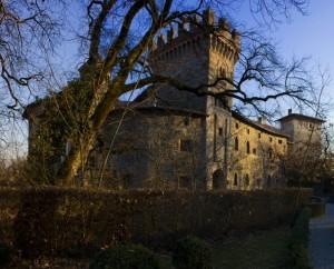 Oltre le fronde, l'inconfondibile castello di Marne