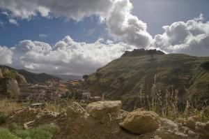 Piccolo borgo di calanna con i resti del castello normanno