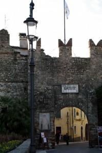 Una delle porte delle mura medioevali di Lazise