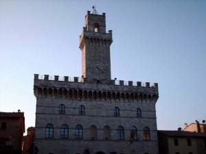 Il merlato Palazzo Comunale del XIV sec.