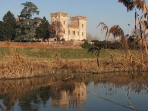 Il castello di Bevilacqua si specchia