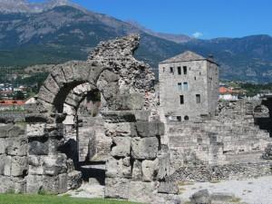 AOSTA - Porte del teatro romano e torre sullo sfondo