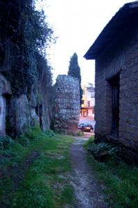 Castello Farnese  -un torrione con le mura fortificate-