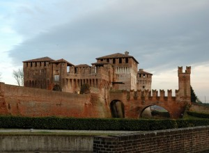 Dopo una giornata di sole, ecco le nubi sopra il castello di Soncino