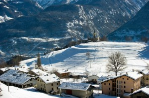 Il paese, le piste di sci e la chiesa