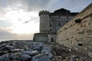 Le mura tenute lontane dalle onde