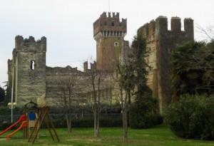 Parco giochi di fronte al castello