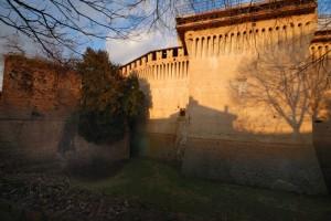 Le ombre del paese sul castello al tramonto