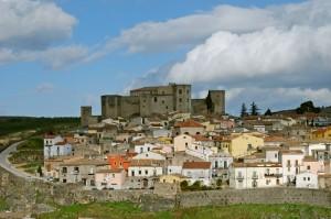 Sulla collina il castello domina il centro storico di Melfi