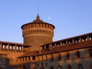 La luna si affaccia sul cortile del Castello