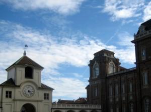 Azzurro e nuvole sulla reggia