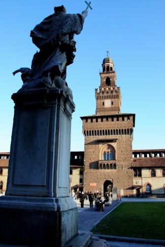 Milano - Questa figura giudicante e incalzante mi fa pensare ai sigg senior :-)