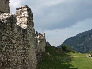 Castel Beseno; le mura