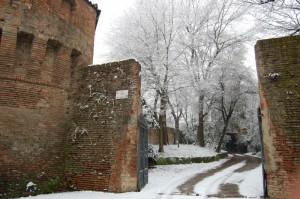 Scorcio antiche mura durante l'inizio di una nevicata