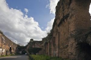 L'Acquedotto, la porta e le mura Aureliane a via del Mandrione