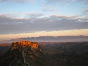 luce del tramonto su Civita di Bagnoregio