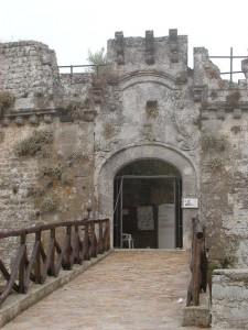 Castello Normanno-Aragonese :Portale d'ingresso