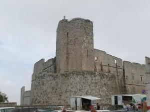 """Castello Normanno-Aragonese :Mura e Torre dei Giganti proteggono gli """"ambulanti…"""