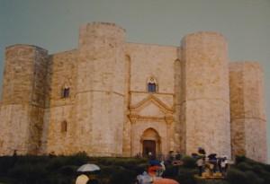 Castel del Monte : Visitatori si affrettano sotto la pioggia