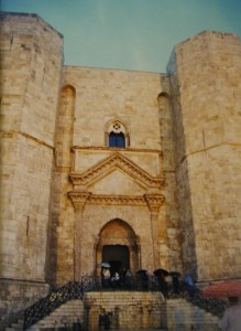 Castel del Monte : L'imponente Portale Protetto dai Torrioni
