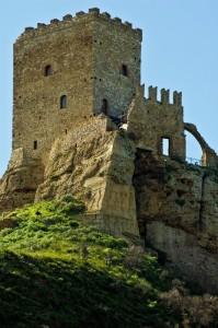 Svetta imponente la torre del Castello di Cefalà Diana
