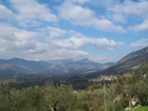dal suo colle il Paese domina la Valle dell'Amaseno
