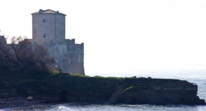 Dal mare spunta Torre Astura