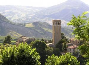 C'è un piccolo  borgo antico all'ombra del castello