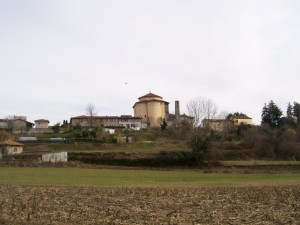 Alle spalle del paese