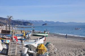 Spiaggia di Noli con isola di Bergeggi