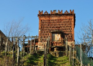 Una piccola torre tra le vigne