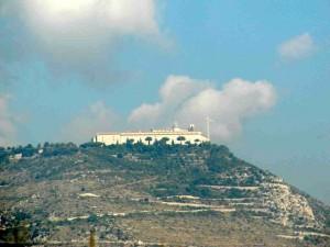 Sulla cima del monte si intravede l'omonimo Santuario